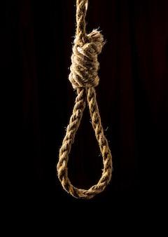 Lus met sterk touw op geïsoleerde zwarte achtergrond. vroeger gebruikt voor executies in kampen