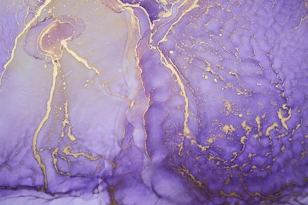 Luxe abstracte achtergrond in alcoholinkttechniek, paarse gouden vloeibare verf, verspreide acrylvlekken en wervelende vlekken, drukwerk