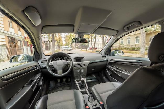 Luxe auto-interieur. dashboard, stuur, versnellingspook en comfortabele stoelen. transport, design, moderne technologie concept.