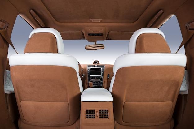 Luxe auto-interieur in bruine en witte kleuren