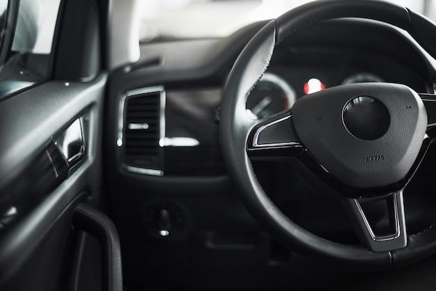 Luxe auto-interieur - stuur, versnellingspook en dashboard