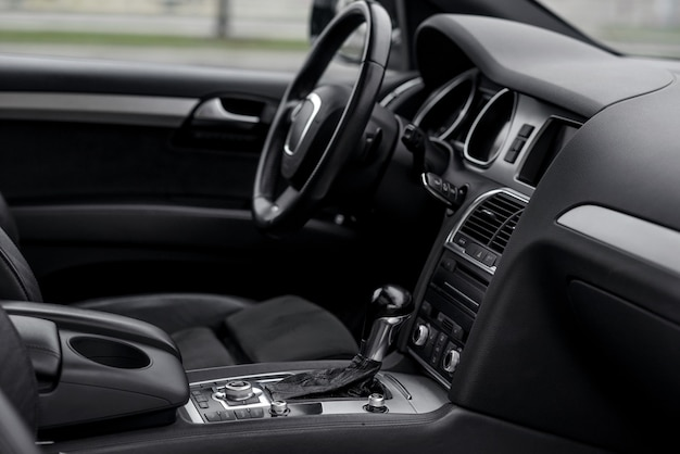 Luxe auto-interieur. stuurwiel, schakelhendel en dashboard.