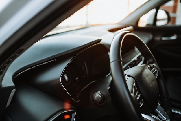 Luxe auto-interieur stuurwiel versnellingspook en dashboard