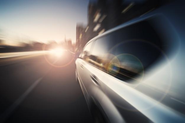 Luxe auto rijden door de stad