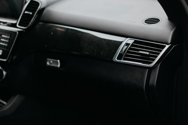 Luxe auto ventilatieopeningen en airconditioning. moderne auto-interieur.