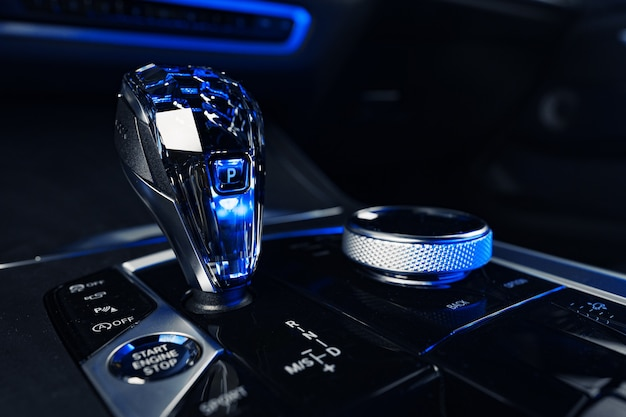 Luxe auto versnellingspookknop close-up foto