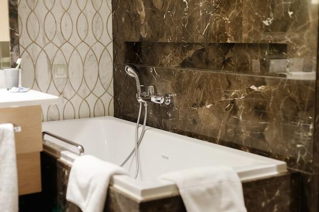 Luxe badkamer interieur in hotel. zwart marmer.
