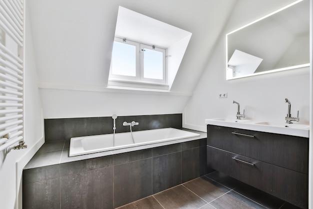 Luxe badkamerinterieur met ongewoon plafond