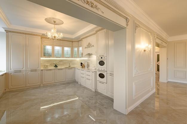 Luxe beige en goud klassieke keuken en woonkamer interieur in studio