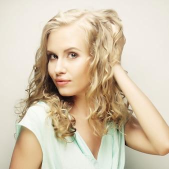 Luxe blondine met krullend haar