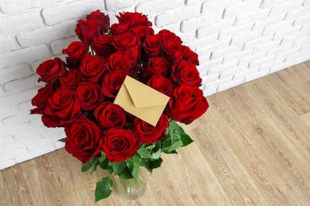 Luxe boeket gemaakt van rode rozen