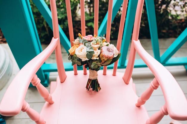 Luxe bruidsboeket met pioenrozen, protea en eucalyptus.