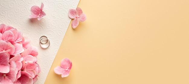 Luxe bruiloft concept bloemblaadjes kopie ruimte