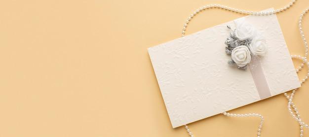 Luxe bruiloft concept envelop met bloemen