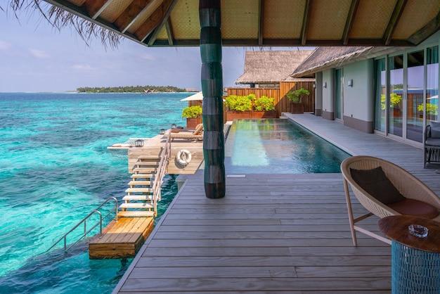 Luxe buitenkant van een zeer dure, rijke watervilla op de malediven, versierd met natuurlijk hout.