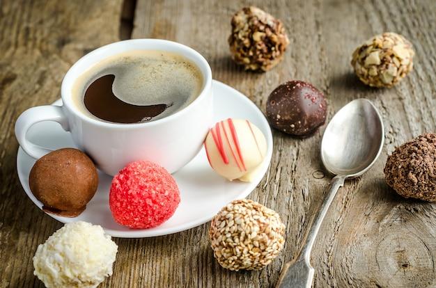 Luxe chocoladesuikergoed en kopje koffie