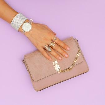 Luxe clutch tas en stijlvolle gouden sieraden. trends damesaccessoires