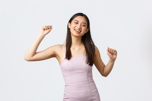 Luxe concept voor vrouwen, feesten en vakanties. gelukkig opgewonden lachende aziatische vrouw doet winnaardans, kampioen worden, succes vieren
