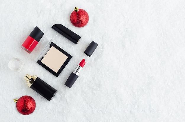 Luxe cosmeticaproduct voor make-up, rode lippenstift, nagellak, poeder, parfum