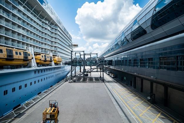 Luxe cruiseschip. cruisehaven, cruiseschepen aanmeren