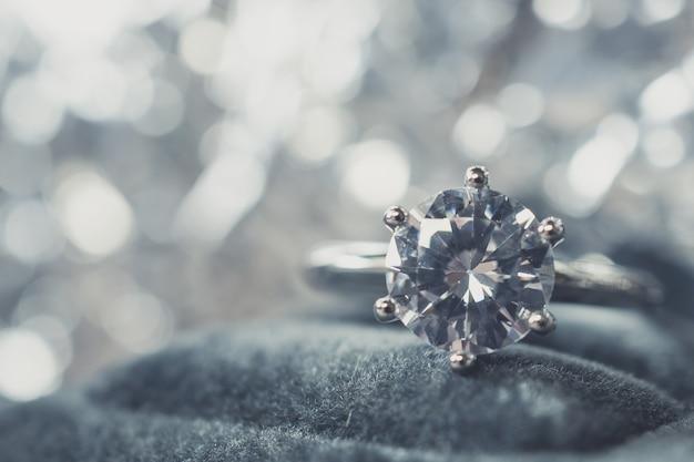 Luxe diamanten verlovingsring met abstracte bokeh lichte achtergrond