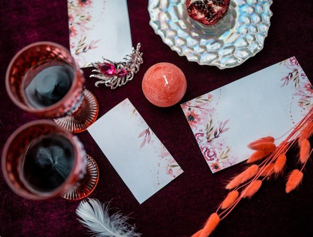 Luxe gedecoreerde tafel en met kaarsen voor een romantische date.
