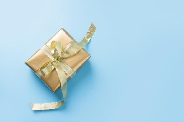 Luxe gouden geschenkdoos met lint geïsoleerd