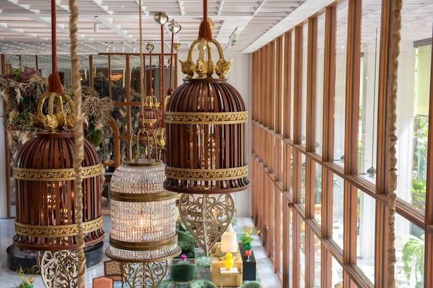 Luxe houten kroonluchters in het hotel