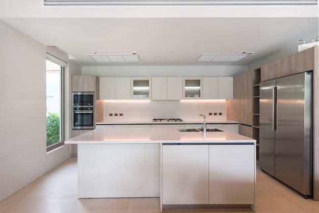 Luxe interieur in de keuken met eilandenteller en ingebouwd meubilair