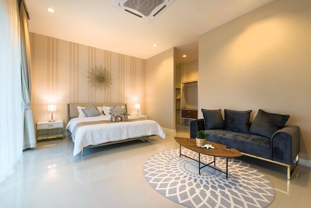 Luxe interieur in de slaapkamer van de zwembadvilla met een gezellig kingsize bed. slaapkamer met hoog verhoogd plafond in het huis of de woning