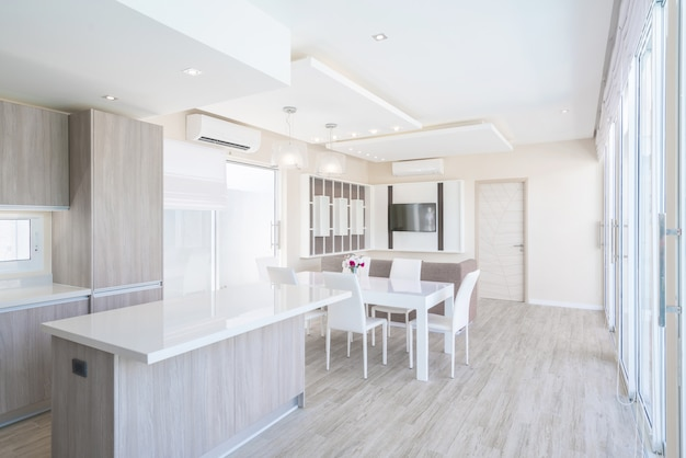 Luxe interieur in de woonkamer van het huis en lichte ruimte met eettafel
