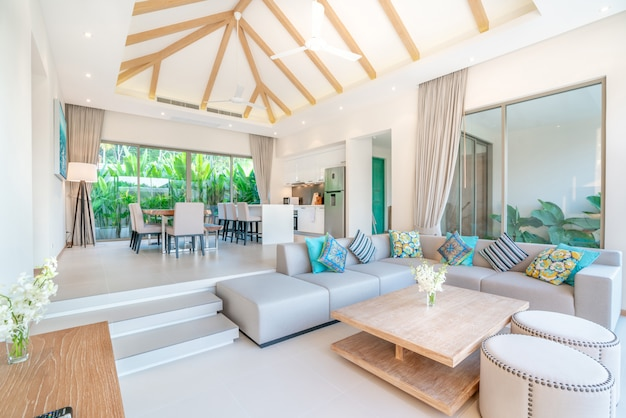 Luxe interieur in de woonkamer van villa's met zwembad.