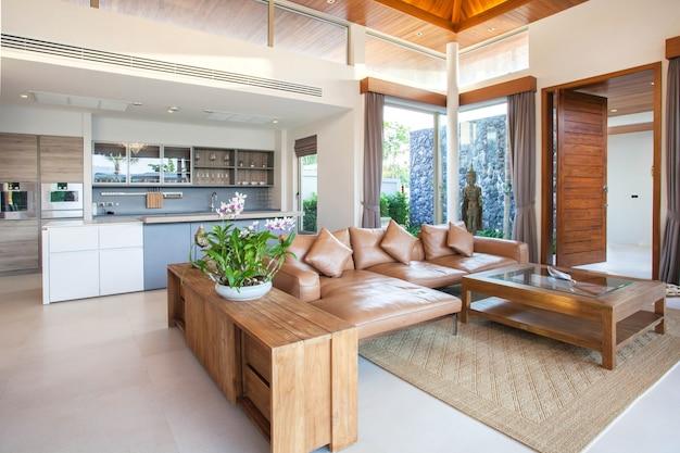 Luxe interieur in de woonkamer van villa's met zwembad