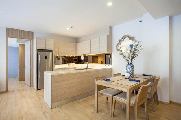 Luxe interieur loftstijl in de keuken met een kookeiland en een eettafel