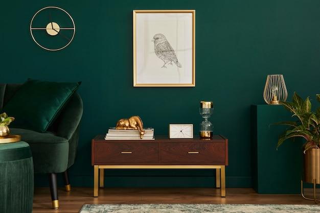 Luxe interieur met stijlvolle fluwelen bank, houten commode, poef, planten, tapijt, gouden decoratie, frame en elegante persoonlijke accessoires. moderne woonkamer in klassiek huis.