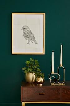 Luxe interieur met stijlvolle houten commode, gouden lijst, planten, boek, decoratie en elegante persoonlijke accessoires. moderne woonkamer in klassiek huis..