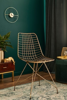 Luxe interieur met stijlvolle stoel, houten commode, frame, planten, tapijt, gouden decoratie en elegante persoonlijke accessoires. moderne woonkamer in klassiek huis..