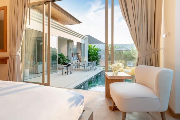 Luxe interieur, mooie stoel in de slaapkamer in het huis of thuis
