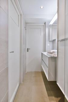 Luxe interieur van een badkamer met marmeren wanden