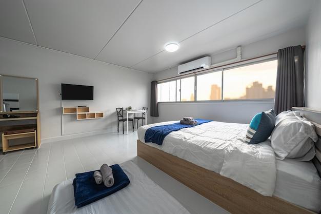 Luxe interieur woonkamer met slaapbank en bed queen size, eettafel, airconditioning