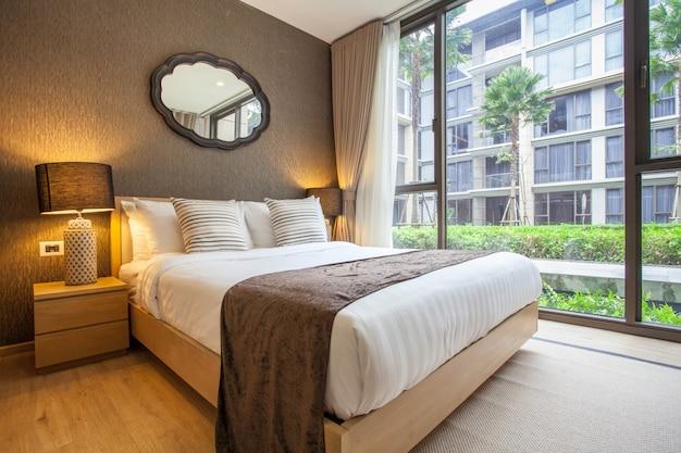 Luxe interieurontwerp in slaapkamer van zwembadvilla met lichte ruimte