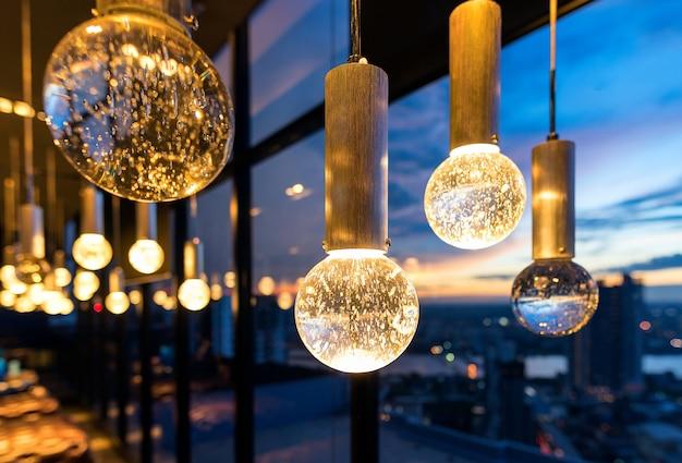 Luxe interieurs van kroonluchter licht patroon achtergrond bij modern gebouw