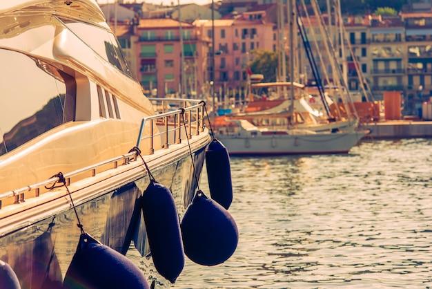 Luxe jacht in de jachthaven