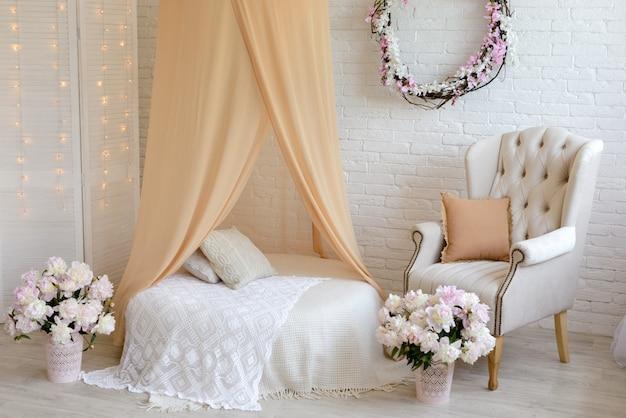 Luxe kamer met bed en kussens