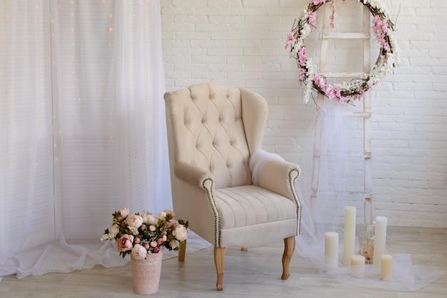 Luxe kamer met stoel en kaarsen