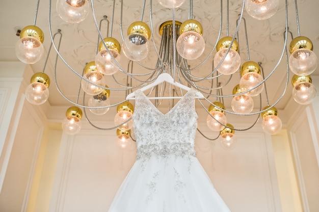 Luxe kanten trouwjurk in het klassieke interieur van het hotel