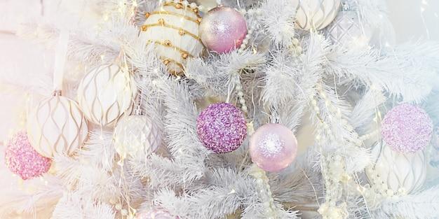 Luxe kerstboom. witte kerstboom decor met speelgoed.