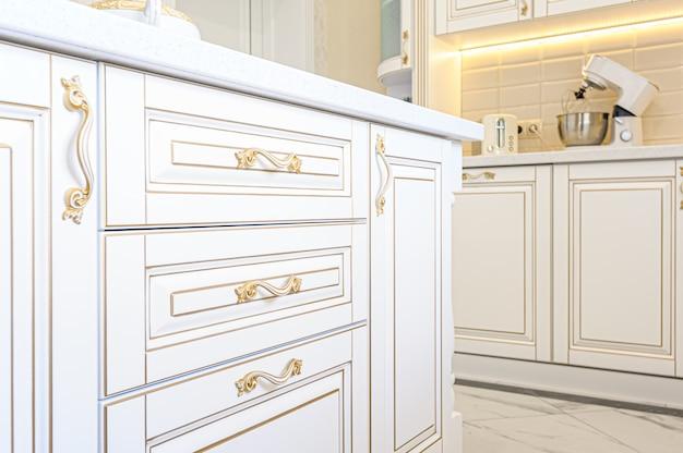 Luxe keukeninterieur in neoklassieke stijl