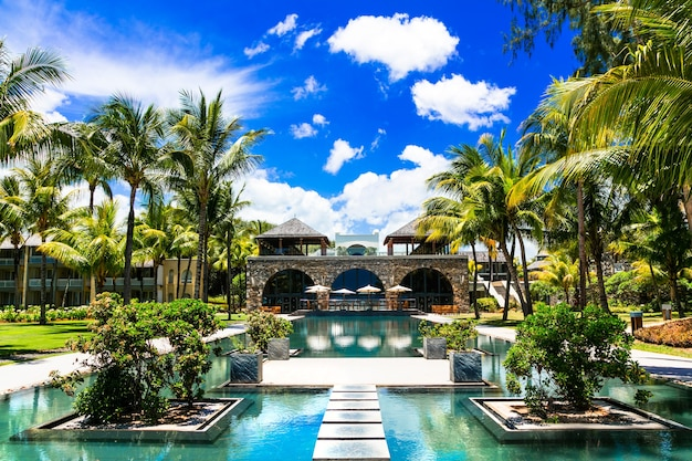 Luxe kuuroordgebied op het eiland mauritius met een prachtig zwembad