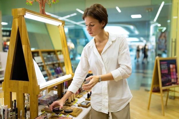 Luxe make-up winkel met klant in wit overhemd
